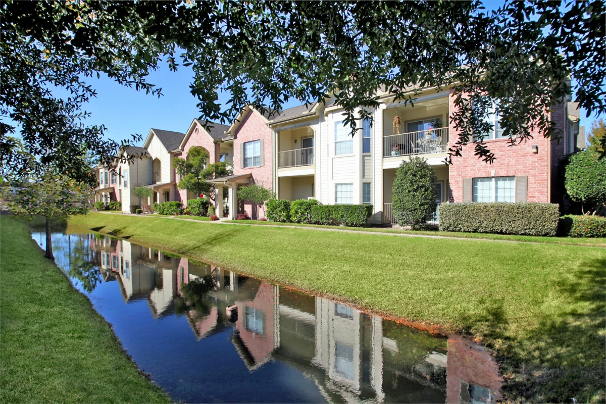 https://apartmentsjerseyvillagetx.com/wp-content/uploads/photo-gallery/exterior/bl3.JPG